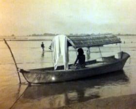 Hinduski sadhu na łodzi