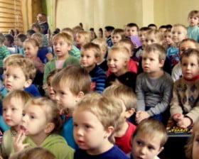 Dzieci ze szkoły w Dąbrówce (fot. Kasia Michalska-Jurdeczka)