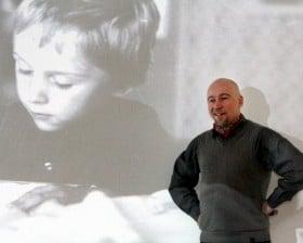 Chłopiec i mężczyzna - Biblioteka w Opolu (fot. R. Mielnik)