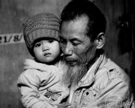 Dziadek i wnuk (Wietnam) - fot. Piotr Mojżyszek