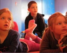 Dzieci wpatrzone w misia (www.ssp26.pl)
