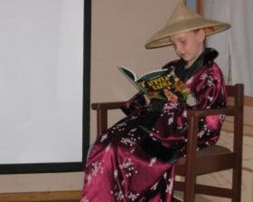 On Sam-Je czyta... Afrykę Kazika (fot. Biblioteka Raczyńskich)