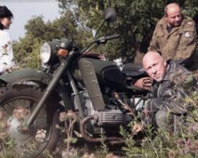 Motocykl na łące (fot. Tomasz Siuda)