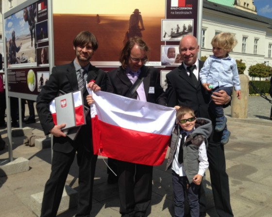 Z Dominikiem Szmajdą, Zbyszkiem Sasem i synami przed planszą Kazimierza Nowaka