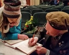 """Podpisujemy książkę """"Dziadek i niedźwiadek"""""""