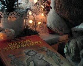 Misiu Pysiu ogląda książkę (fot. Pałac Młodzieży w Bydgoszczy)